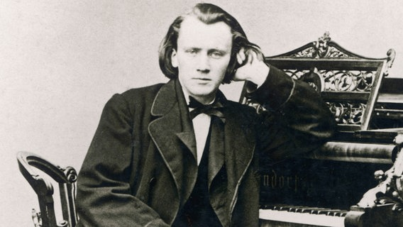 Johannes Brahms am Flügel © picture alliance / Mary Evans Picture Library | -
