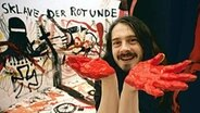 Jonathan Meese in Aktion im Atelier © picture alliance / dpa