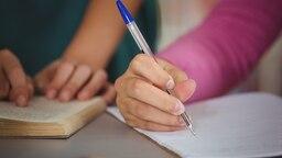 Ein Mädchen hält einen Kugelschreiber in der Hand. © fotolia.com Fotograf: WavebreakMediaMicro