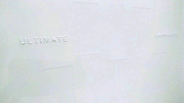 """Die Schriftzüge """"Ultimate"""" und """"Happiness"""" sowie leichte Kartenabdrücke auf weißem Grund. © NDR"""