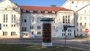 Litfass-Säule vor dem Universitätsgebäude in Greifswald © Jürgen Auerswald