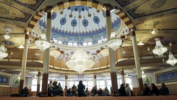 Besucher stehen am Tag der offenen Moschee im Gebetsraum der Yavuz-Sultan-Selim-Moschee in Mannheim © picture alliance / dpa