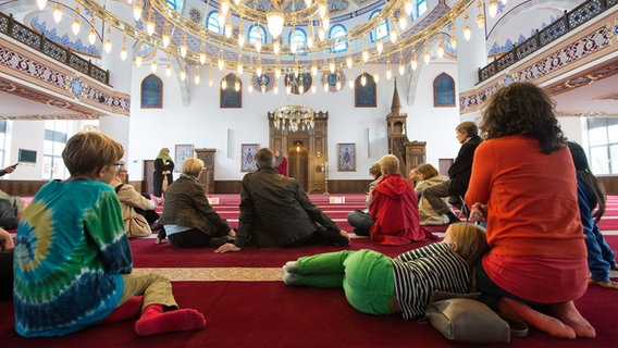 Besucher am Tag der offenen Moschee © picture alliance / dpa Foto: Monika Skolimowska