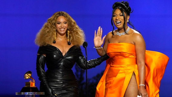 "Beyoncé (links) und Rapperin Megan Thee Hengst nehmen den Preis für den besten Rap-Song für ""Savage"" bei den 63. jährlichen Grammy Awards im Los Angeles Convention Center entgegen © Chris Pizzello/Invision/AP/dpa +++ dpa-Bildfunk +++ Foto: Chris Pizzello"