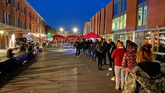 Viele Menschen stehen in einer Schlange vor dem Knust an. © NDR Foto: Matthias Köppinghoff