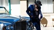 Der Musiker Dope Lemon steht vor einem Auto © Jennifer Stenglein Foto: Jennifer Stenglein
