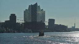 Die Elbphilharmonie in Hamburg vom Wasser aus gesehen  Fotograf: Marc-Oliver Rehrmann