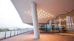 Die Außenplaza in der Elbphilharmonie in Hamburg mit Blick auf den Hafen und die Landungsbrücken. © dpa-Bildfunk Foto: Christian Charisius, dpa