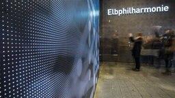 Draußen vor der Elbphilharmonie © Christian Spielmann / NDR Foto: Christian Spielmann