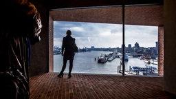 Blick aus einem Zwischengeschoss der Elbphilharmonie auf den Hafen © Christian Spielmann / NDR Foto: Christian Spielmann
