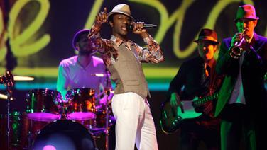 Der US-amerikanische Soulsänger Aloe Blacc singend auf der Bühne. © dpa Foto: Rolf Vennenbernd