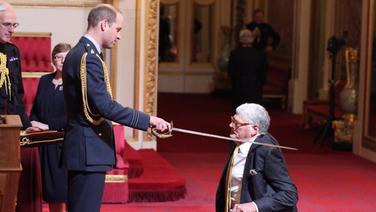 Ritterschlag von Prinz William für den Chefdirigenten der Symphoniker Hamburg, Jeffrey Tate.