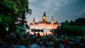 Besucher des Public Viewing von der La Traviata Oper im Maschpark. © NDR Fotograf: Julius Matuschik