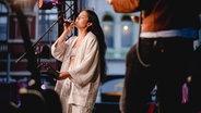Mulay auf der  Reeperbus-Bühne von N-JOY. © NDR Foto: Benjamin Hüllenkremer