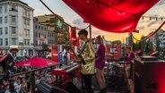 Eine Band spielt auf einem Bus-Dach beim Reeperbahn Festival in Hamburg. © Florian Trykowski Foto: Florian Trykowski