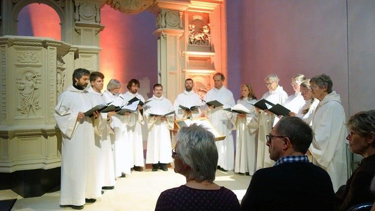 """Die Sängerinnen und  Sänger der Göttinger Choralschola """"Cantando praedicare"""" während eines Konzerts. © Choralschola Cantando praedicare"""