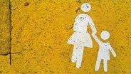 Mutter und Kind - Pictogramm auf gelbem Stein-Untergrund © photocase.de Foto: Jo3-Hannes