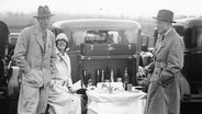 Lunch-Party während des Bar Point-to-Point Rennen in Kimbel nahe Princes Risborough/England. 14.4.1930. © picture alliance / IMAGNO/Austrian Archives