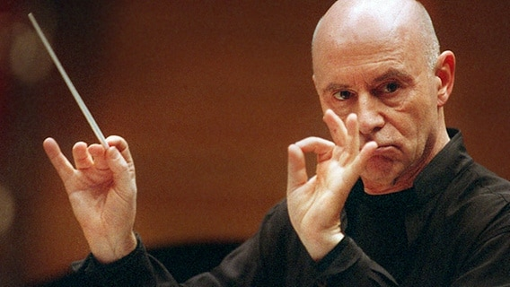 Der deutsche Dirigent Christoph Eschenbach am 10.2.2003 in der Kölner Philharmonie © picture-alliance