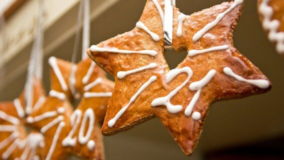 Sternenförmige Kekse hängen an einer Tür © Fotolia.com Foto: swa182