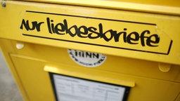 """Ein Aufkleber """"Nur Liebesbriefe"""" klebt auf einem Briefkasten © dpa - Bildfunk Foto: Jan Woitas"""