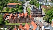 Holstentor (rechts) und Salzspeicher (links) in Lübeck © Bildagentur Huber/ Grnhain