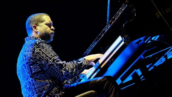 Jason Moran spielt Piano auf einer Bühne. © picture alliance / Pacific Press Foto: Bruno Brizzi