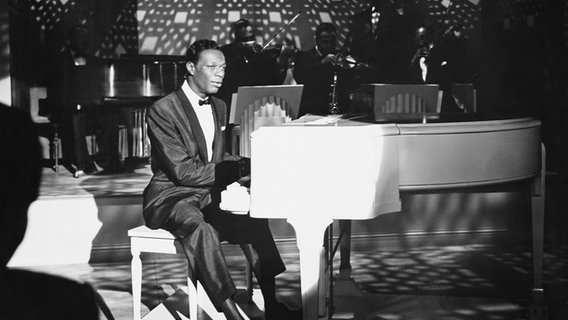 Nat King Cole, Jazzsänger und Pianist © picture alliance / Everett Collection