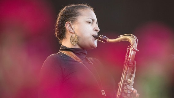 Nubya García, Saxofon © imago images / CHROMORANGE