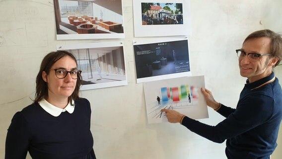Katharina e Marcus Peter referem-se aos designs para o espaço de exibição planejado do local. © NDR Photo: Agnes Bührig