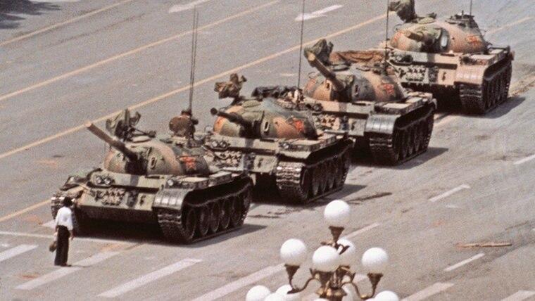 Das berühmteste Foto von Jeff Widener zeigt einen Mann, der sich während des Tian'anmen-Massakers vor eine Reihe von Panzern stellt. © Jeff Widener/AP Foto: Jeff Widener