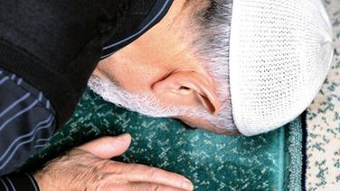 Moslem kniet auf Gebetsteppich © dpa Foto: Peter Steffen