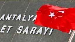 Gerichtsgebäude in Antalya, Türkei © dpa/Tolga Bozoglu