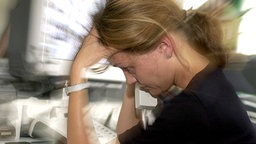 Symbolfoto - gestresste Frau am Arbeitsplatz © dpa - Fotoreport Fotograf: Oliver Berg