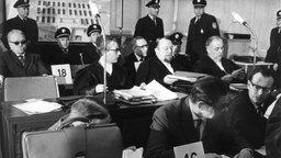 Angeklagte und ihre Anwälte im Frankfurter Auschwitz-Prozess. © dpa - Bildarchiv