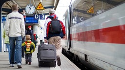 Reisende auf dem Bahnsteig © Henlisatho / Fotolia.com Foto: Henlisatho