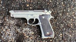 Reproduktion eines Farbausdruckes der Polizei, der die Tatwaffe von Winnenden, eine Beretta 9mm, zeigt. © dpa-Bildfunk