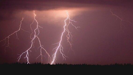 Schlag aus Steckdose nach Blitz: 17-Jährige verletzt