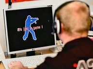 Ein Jugendlicher bei einem Computerspiel © dpa Bildfunk Fotograf: Patrick Pleul