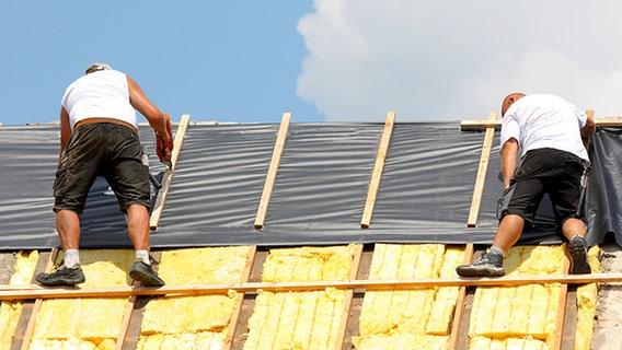 betr gerische dachdecker nach unwetter unterwegs nachrichten niedersachsen. Black Bedroom Furniture Sets. Home Design Ideas