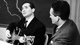 Freddy Quinn seit der ersten Sendung der Aktuellen Schaubude vom (07.12.1957) dabei, mit Werner Baecker. © NDR