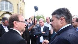 Bundeswirtschaftsminister Gabriel (rechts) zusammen mit dem Bürgermeister von Heidenau, Jürgen Opitz. © picture alliance / dpa Fotograf: Rainer Jensen