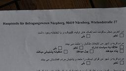 Fragebogen der Hauptstelle für Befragungswesen, den afghanische Asylbewerber ausfüllen sollen © NDR Foto: Niklas Schenck