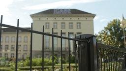 Gebäude hinter einem Zaun, in dem ein Büro der Hauptstelle für Befragungswesen untergebracht ist © NDR
