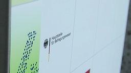 Schild weist auf ein Büro der Hauptstelle für Befragungswesen hin © NDR