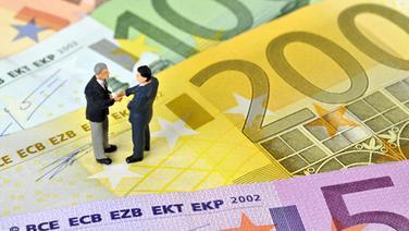 Manager-Figürchen auf Euroschein, Symbolbild Business, Geschäftsleute, Vertragsabschluss