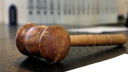 Holzhammer in einem Gerichtssaal © dpa