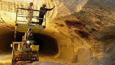 Bergarbeiter untersuchen einen Riss im Salzstock Gorleben. © dpa Bildfunk Foto: Sören Stache