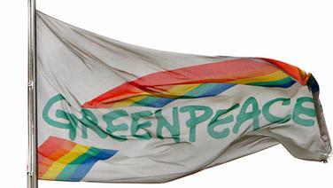 Fahne von Greenpeace © picture-alliance/ dpa Fotograf: Carsten Rehder
