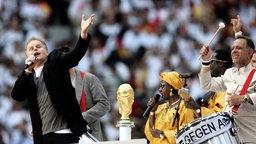 Herbert Grönemeyer singt beim Eröffnungsspiel Deutschland - Costa Rica bei der WM 2006 © dpa-Report Foto: Alexander Rüsche